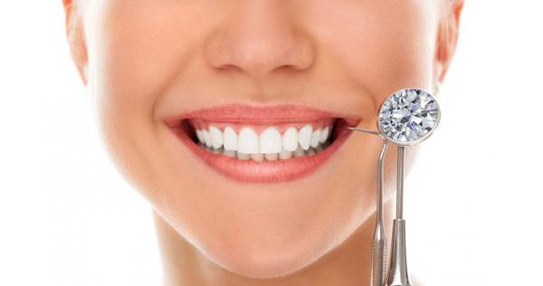 Đính đá vào răng chỉ là sự tác động trực tiếp lên bề mặt răng bằng tay nên không gây đau