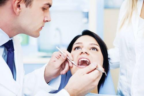 cách cầm máu khi nhổ răng