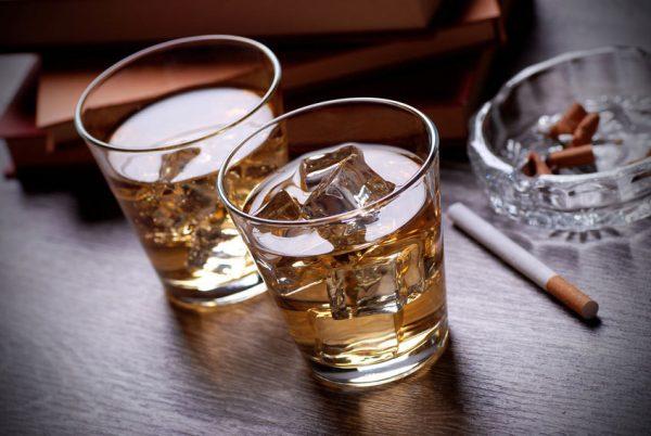Thuốc lá, rượu bia có thể khiến răng bị ố vàng trở lại