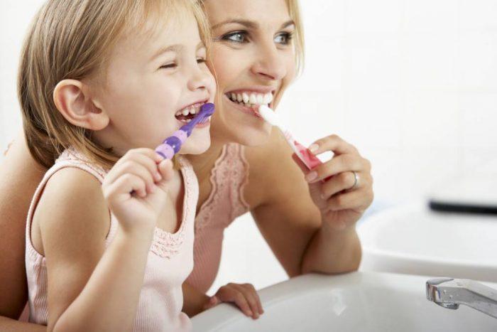 Chăm sóc răng miệng đúng cách cho cả con trẻ sẽ hình thành thói quen tốt từ bé và ngăn chặn hiêụ quả những bệnh lí răng miệng nguy hiểm