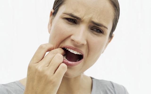 Không sờ tay, mút chíp hoặc cho vật lạ vào ổ răng sau nhổ