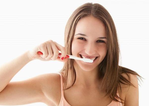 Bạn nên tạo cho mình thói quen chải răng 30 phút sau khi ăn hoặc có thể súc miệng thật sạch để phòng tránh sâu răng hiệu quả