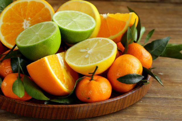 Cung cấp vitamin C cho cơ thể giúp chân răng đỡ sưng và đau nhức