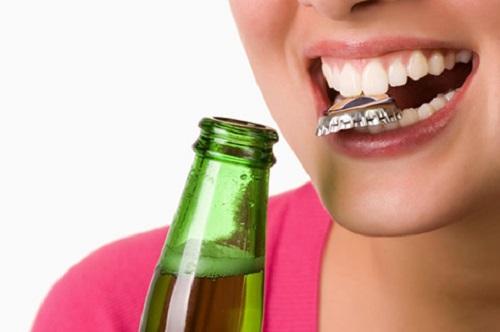 Dùng răng mở vật cứng sẽ khiến vết trám dễ bung tróc và hư hại cho răng