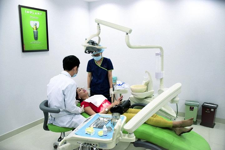 Thường xuyên khám răng định kì ít nhất là 6 tháng/ lần để kịp thời phát hiện những bất thường của răng miệng