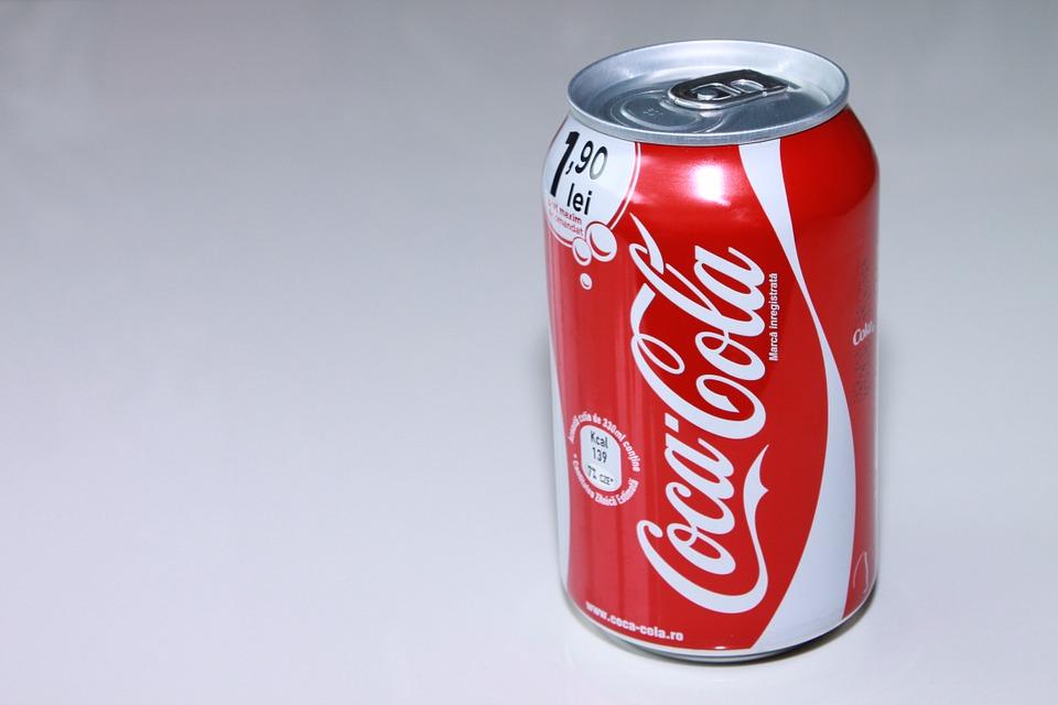 Thậm chí chỉ cần uống nước từ lon như coca cola cũng có thể khiến cô bé dị ứng