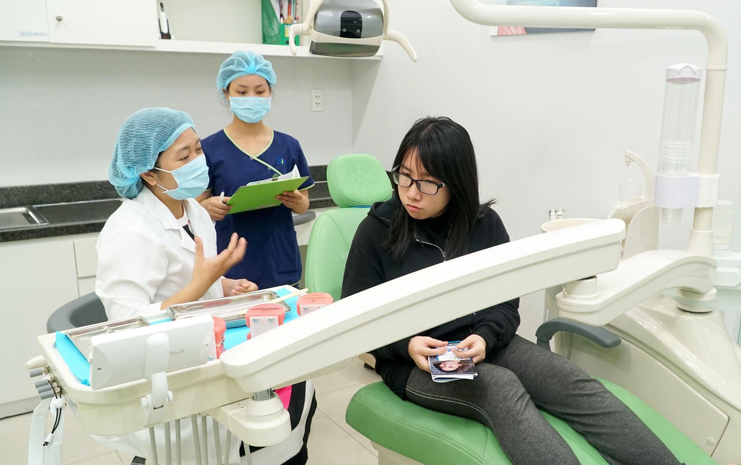 Hãy thường xuyên đến gặp bác sĩ để được kiểm tra hệ thống khí cụ trên răng