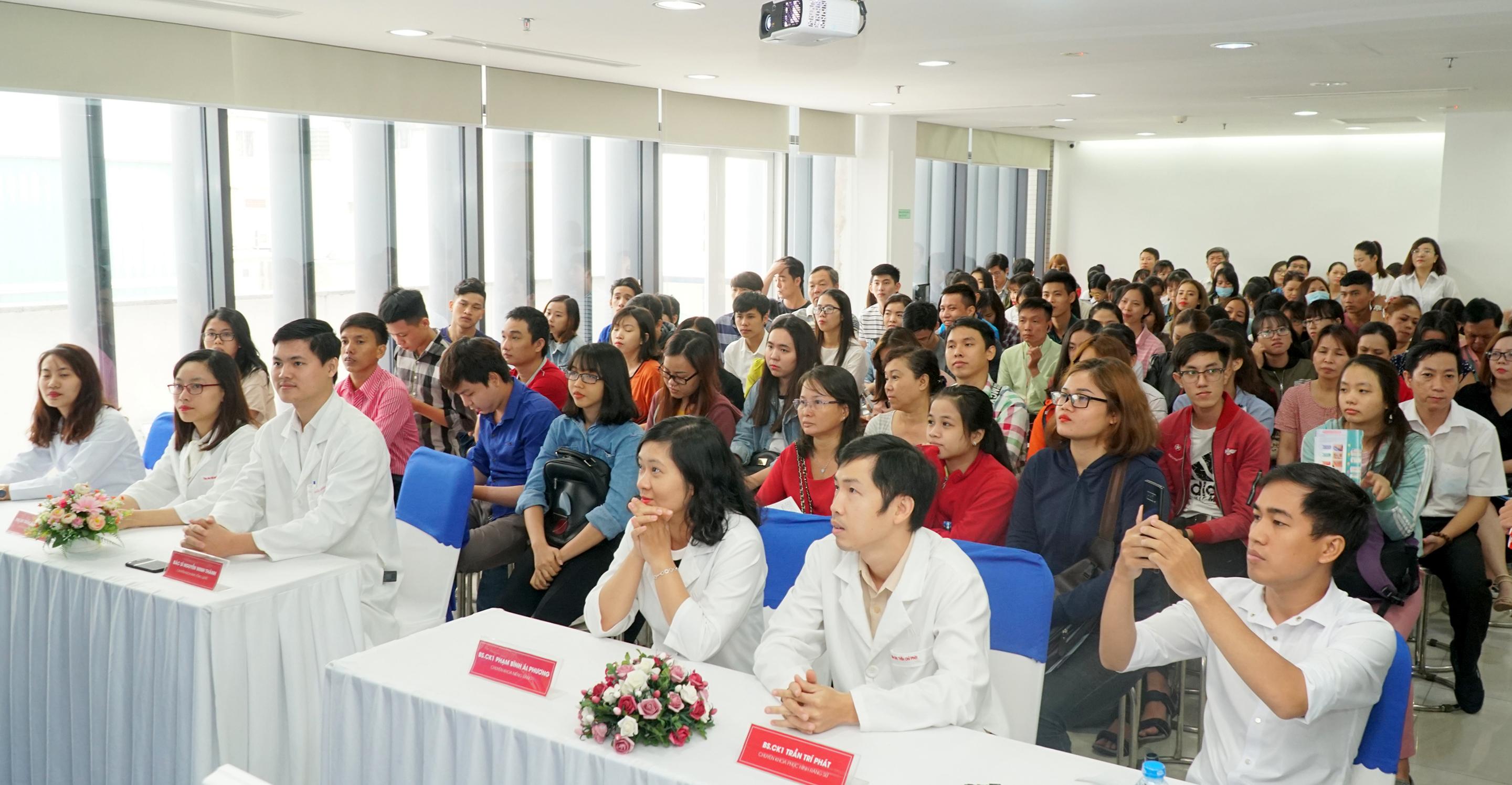 """Đông đảo khách hàng hào hứng trong hội thảo Nha khoa về vấn đề """"Giải pháp mới trong điều trị bệnh lý răng miệng"""" tại JW"""