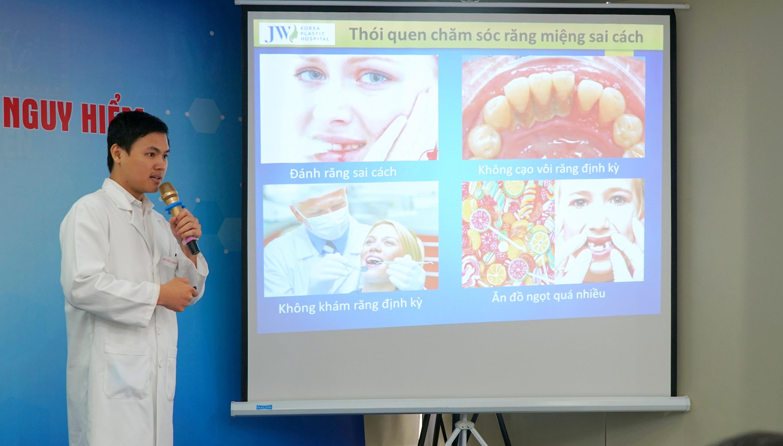 Bác sĩ Nguyễn Minh Thành -Chuyên gia cấy ghép implant tại nha khoa JW đang báo cáo về những bệnh lý mất răng cùng phương pháp phục hình toàn hàm Pro Arch