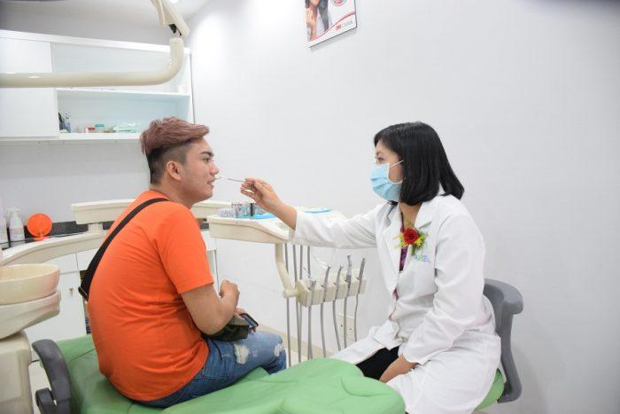 Bạn nên đến gặp trực tiếp các bác sĩ để được thăm khám và kiểm tra kĩ lưỡng tình trạng răng sâu