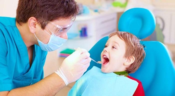 Trẻ cần đến nha sĩ kiểm tra răng miệng ngay từ khi 1 tuổi
