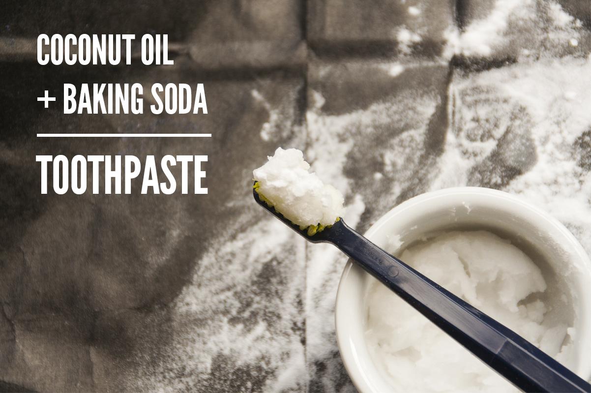 làm trắng răng bằng baking soda và dầu dừa